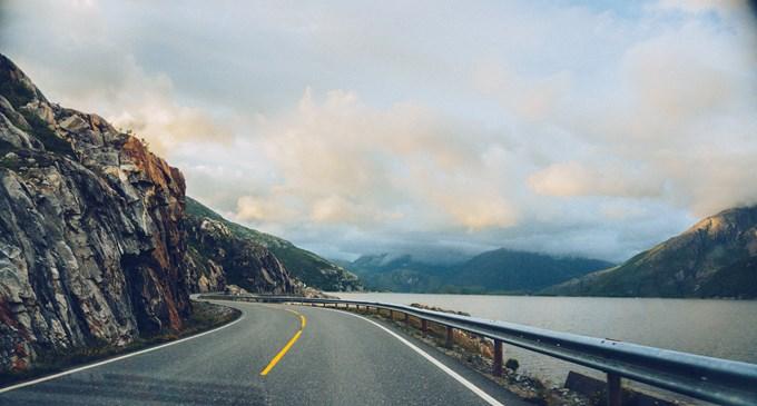 Bilvei langs fjorden. Bilde