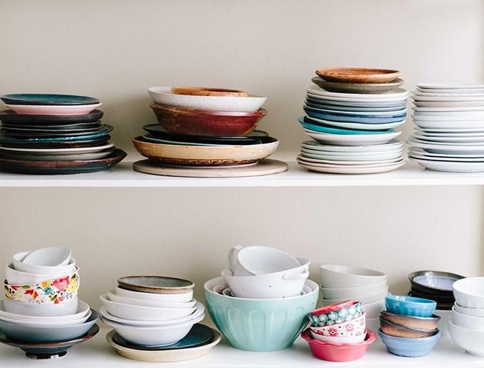 Bilde av to hyller med tallerkener, kopper og kar.