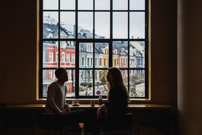 Mann og dame sitter på café.