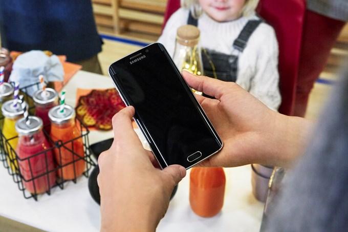 Bilde av telefon som brukes til betaling i kiosk