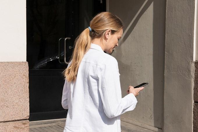 Foto av kvinne med mobil hånden.