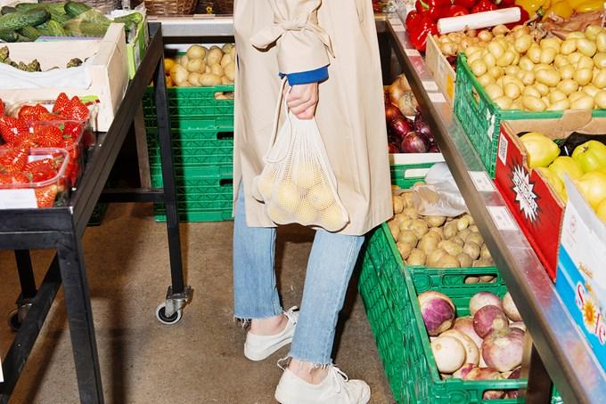 Dame i grønnsaksbutikk. Bilde