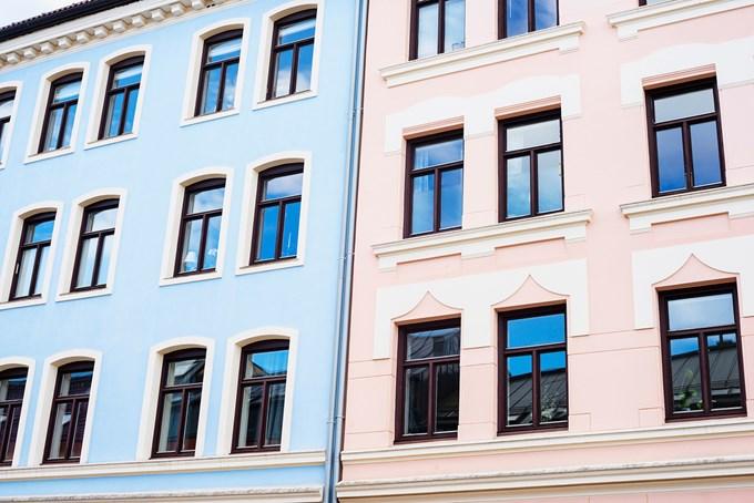 Blått og rosa murhus fasade | foto
