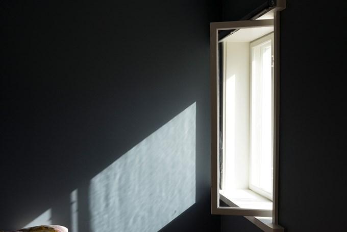 Bilde av sol som strømmer inn gjennom åpent vindu