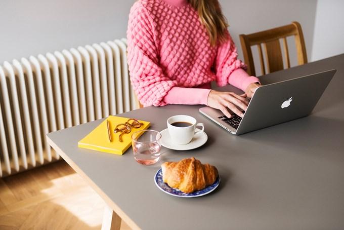 Dame med laptop og kaffekopp. foto