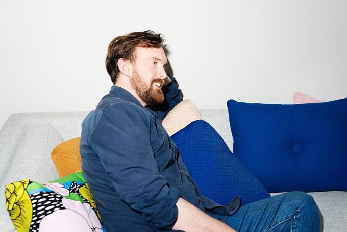 Foto av mann i sofa