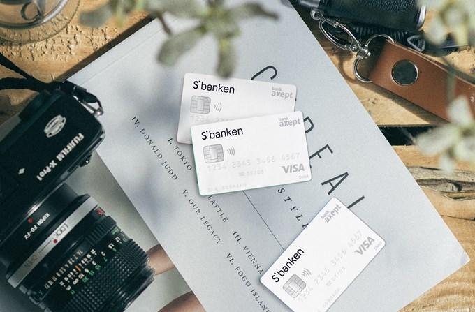 Foto av et kamera og tre bankkort på et bord