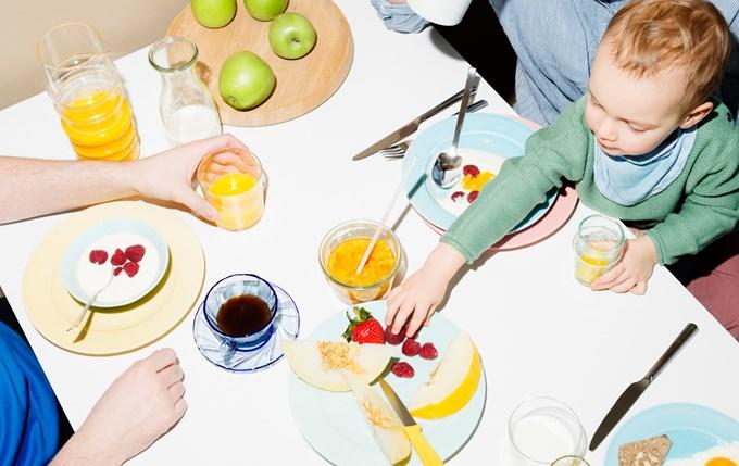 Bilde av familie rundt frokostbord