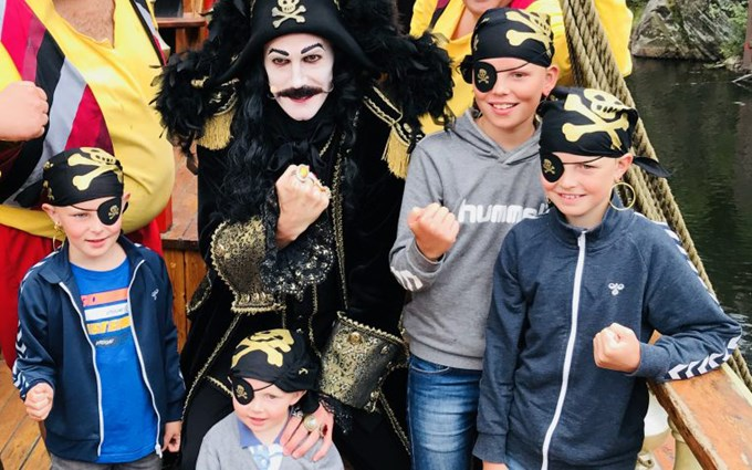 Bilde av Kaptein Sabeltann sammen med barn.