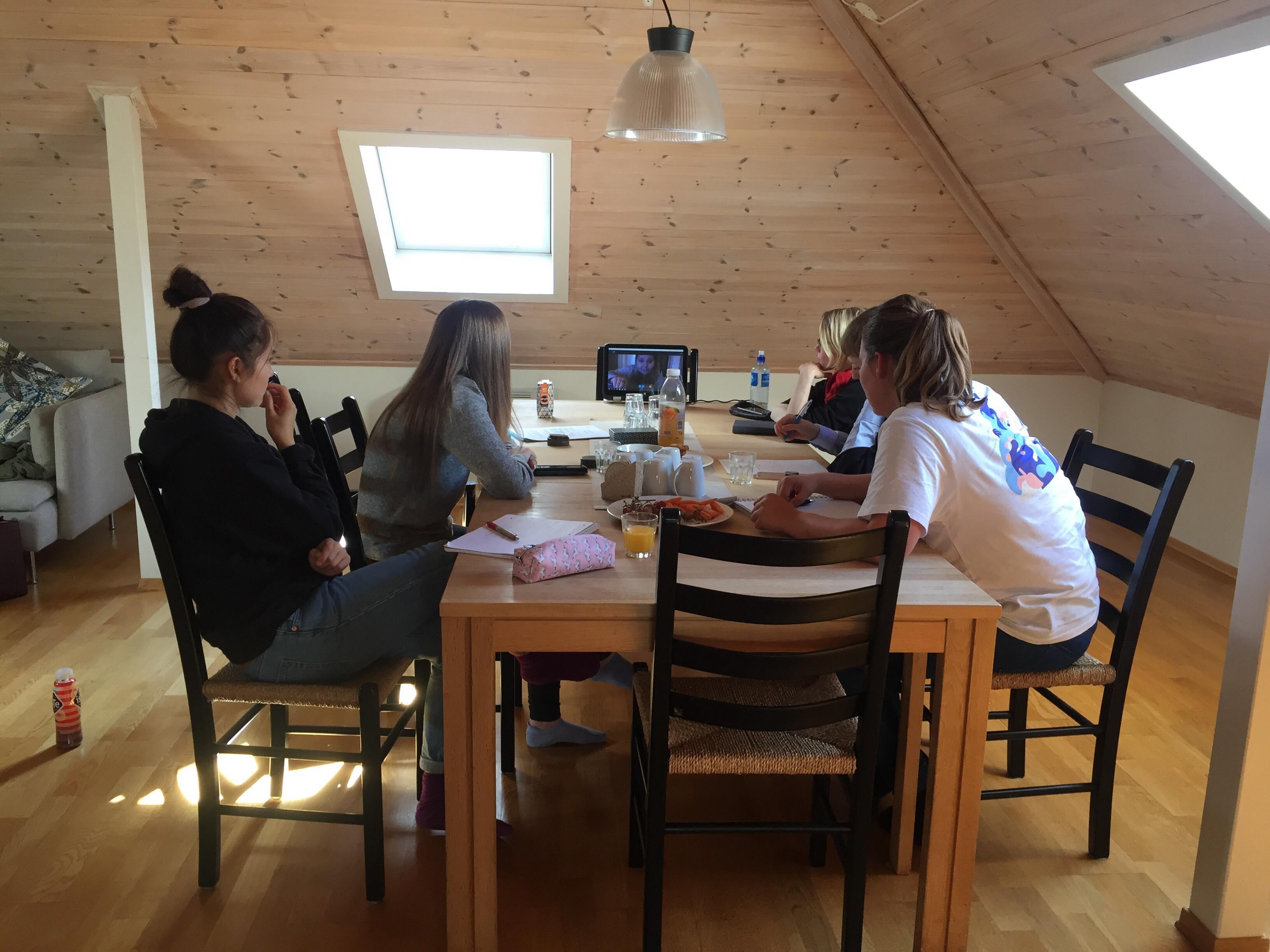 Ungdommer rundt bord. Bilde