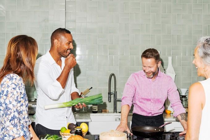 Fire mennesker på kjøkken