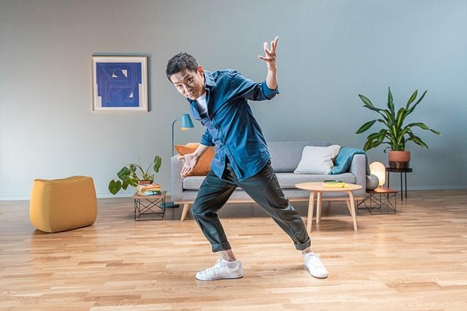 Bilde av mann som gjør robotdansen.