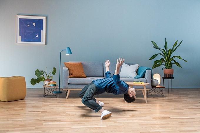 Foto av man som gjør robotdans
