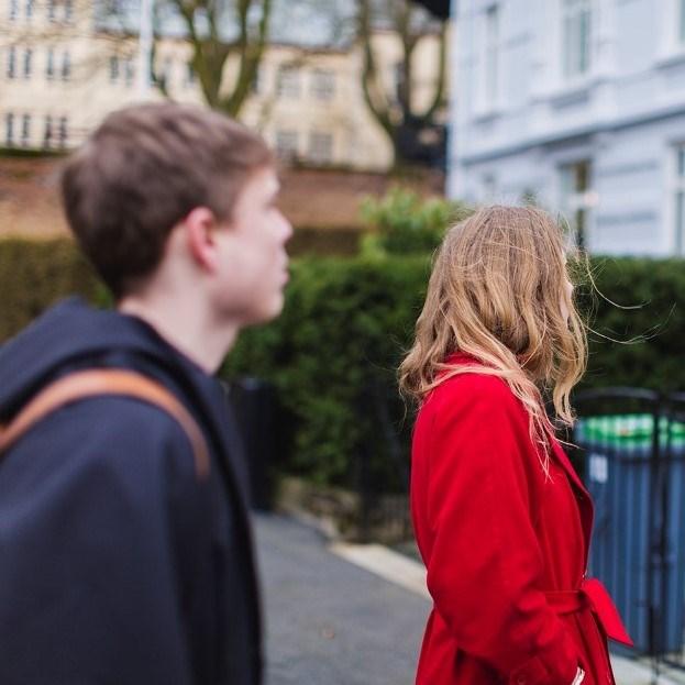 Foto. To mennesker som ser på hus