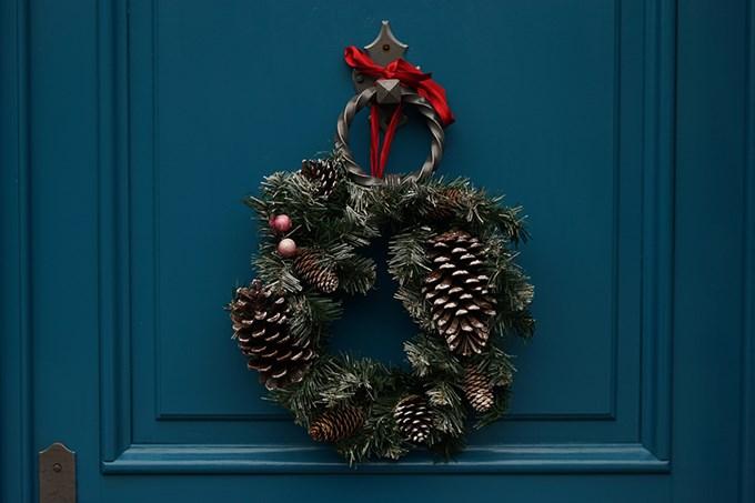 Julekrans henger på blå dør | foto
