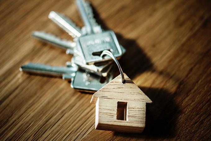 Foto av nøkler og nøkkelhank formet som et hus