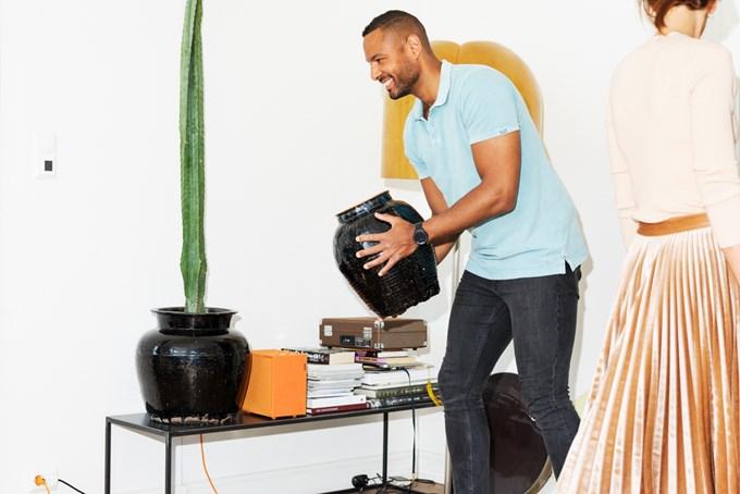 Mann flytter vase til bord