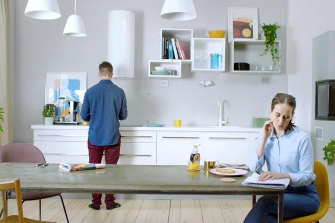 Mann og dame på kjøkken. Bilde