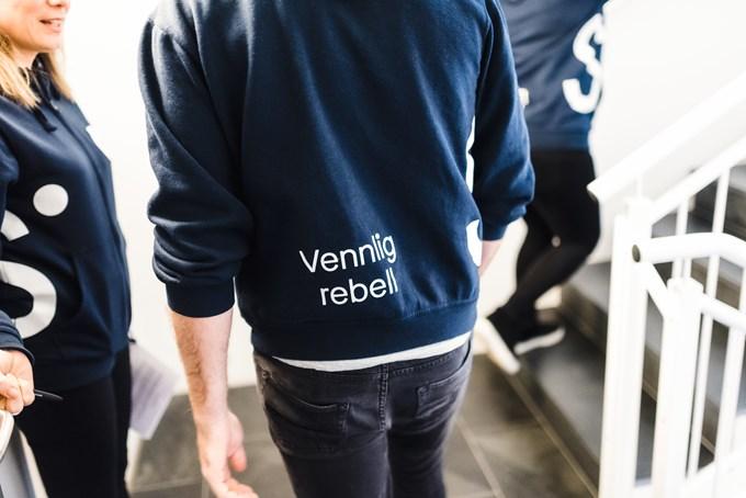 Foto Mann i Sbanken genser med ordene vennlig rebell på