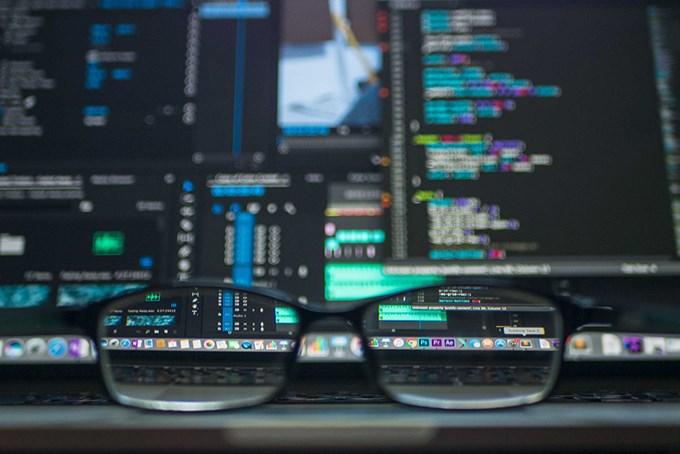 Foto av briller foran en dataskjerm