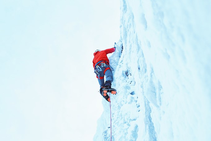 Foto av person som klatrer i isvegg