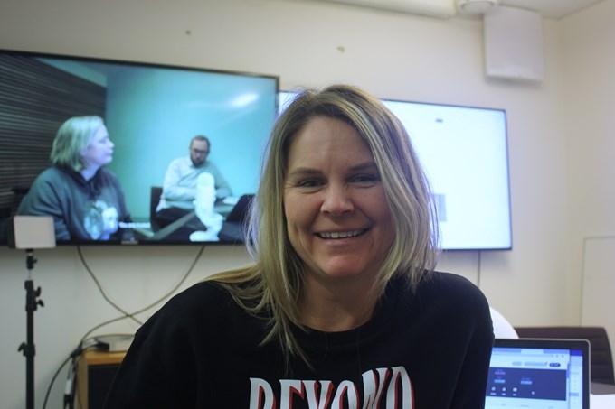 Foto mann og dame som sitter foran PC