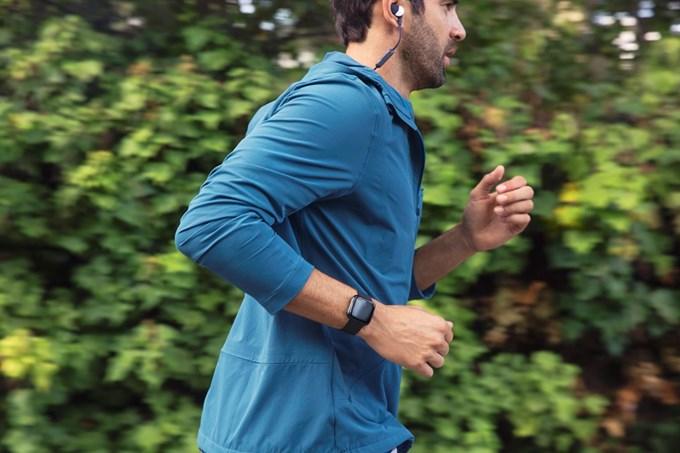Mann som jogger med Fitbit-klokke på armen | foto