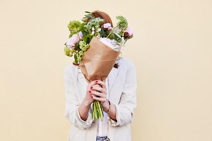 Dame med blomsterbukett. Foto.