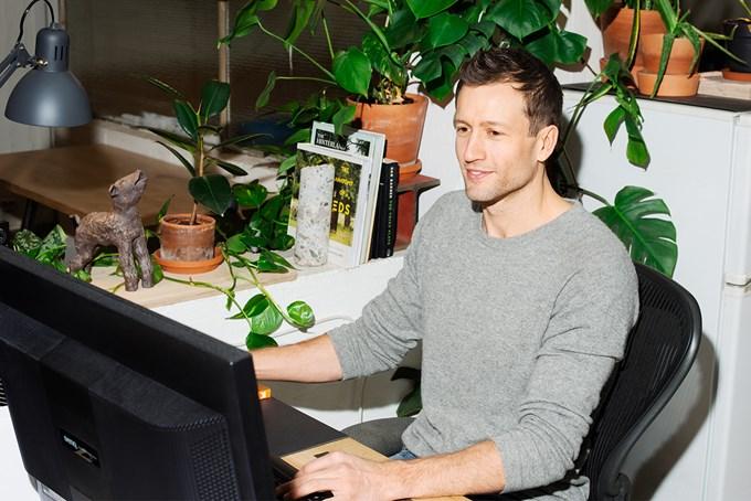 Bilde av mann som sitter på kontoret sitt foran PC-skjermen og jobber.