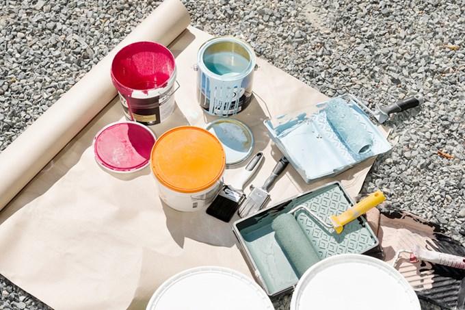 Bilde av malingsspann og malerutstyr.