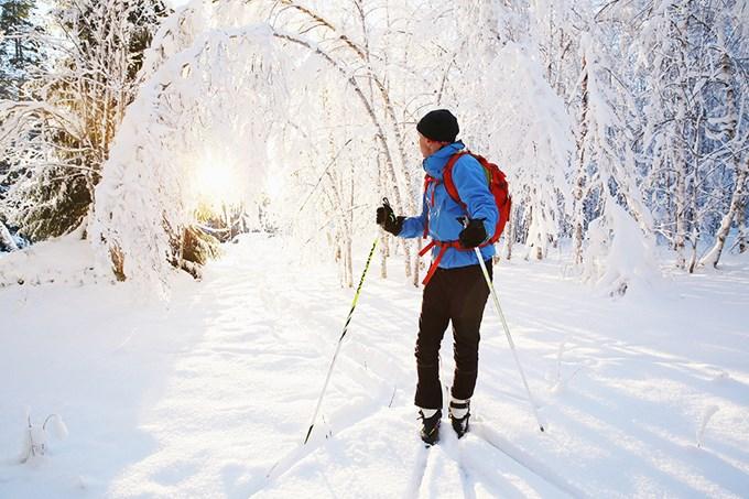 Mann på skitur. Bilde