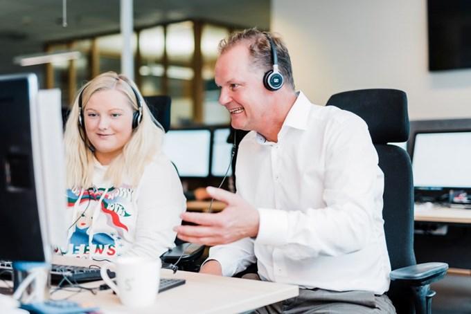 Sbanken-leder Øyvind Thomassen og medarbeider på kundesenteret. Foto.
