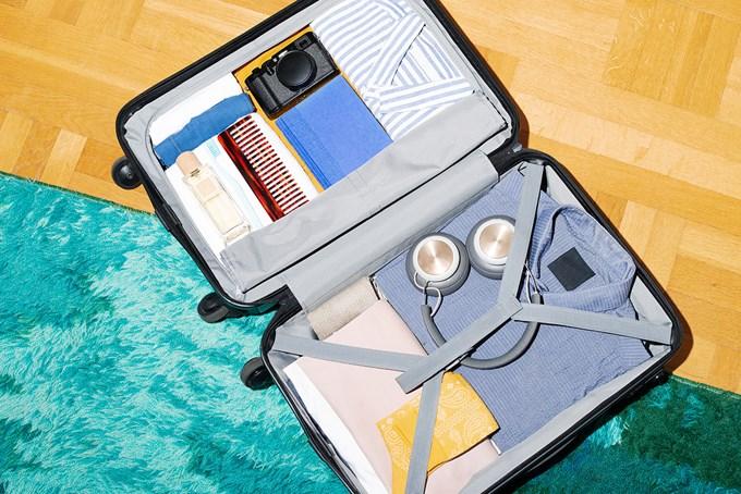 Organisert koffert med blant annet klær og kamera | foto