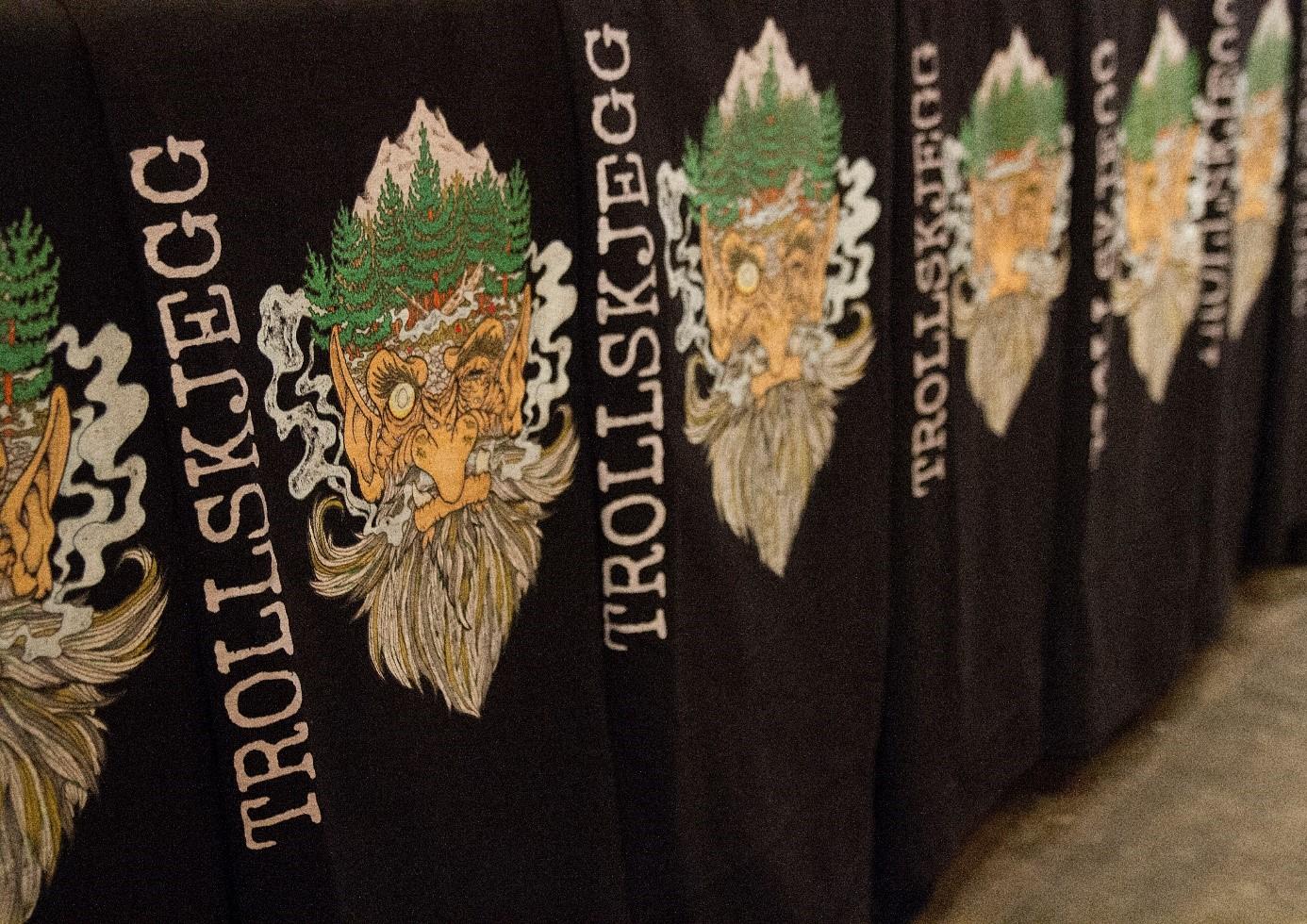 Bilde av t-skjorter med Trollskjegg-trykk på.