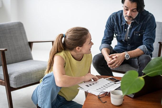 Kvinne og mann i samtale. Foto.