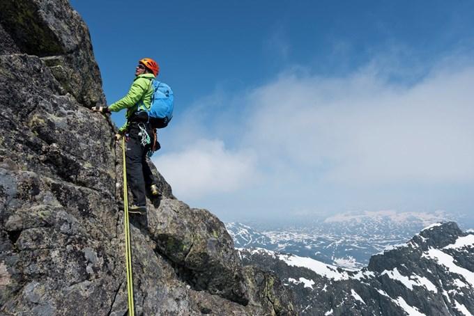 Mann som klatrer