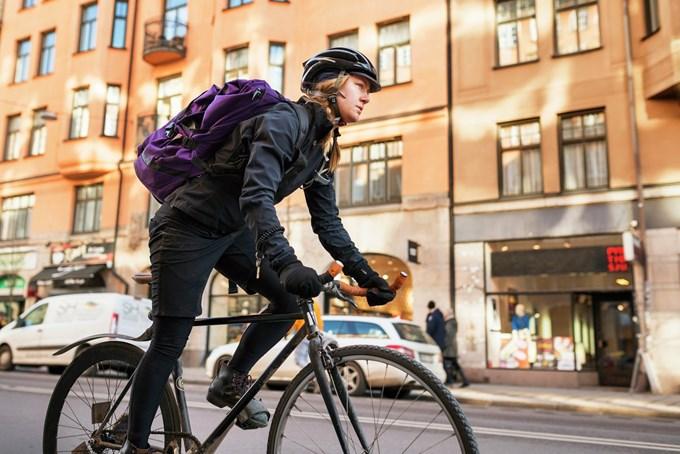 Bilde av dame som sykler