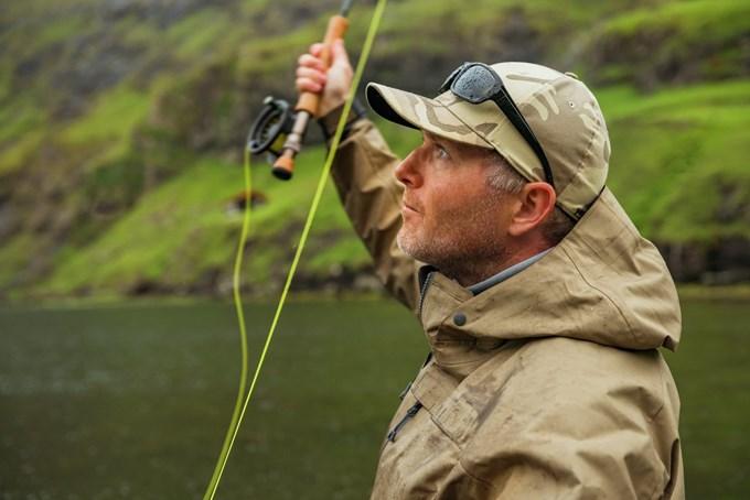 Bilde av mann som fisker