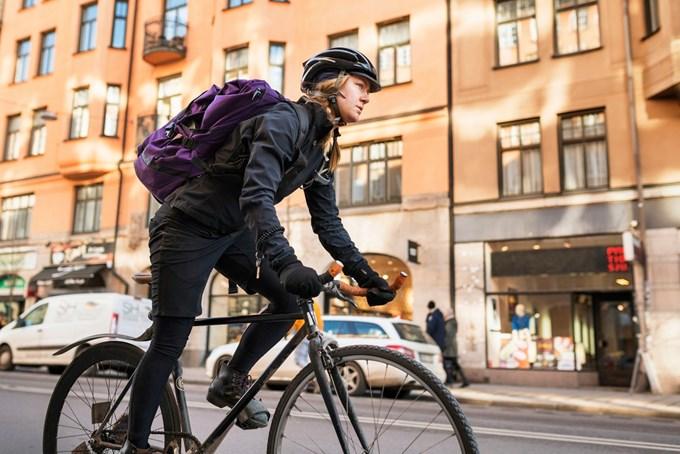 Bilde av kvinne på sykkel