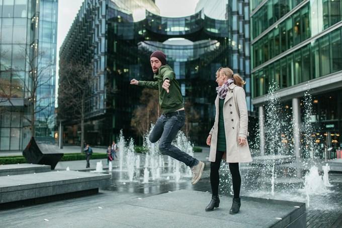 Mann og dame foran fontene. Foto