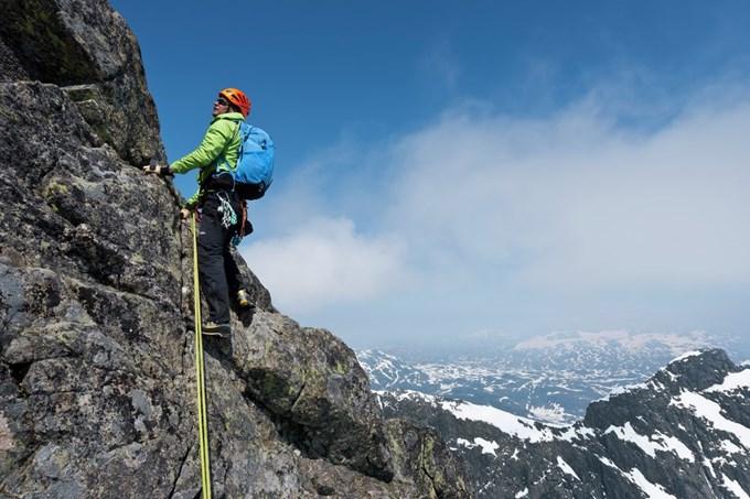 Mann som klatrer. Bilde