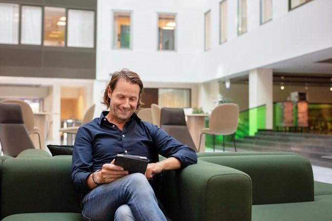 Mann med iPad. Foto