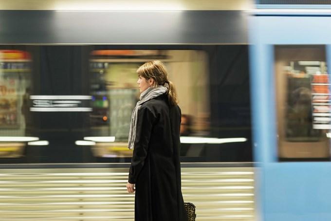 Kvinne på togstasjon. Foto