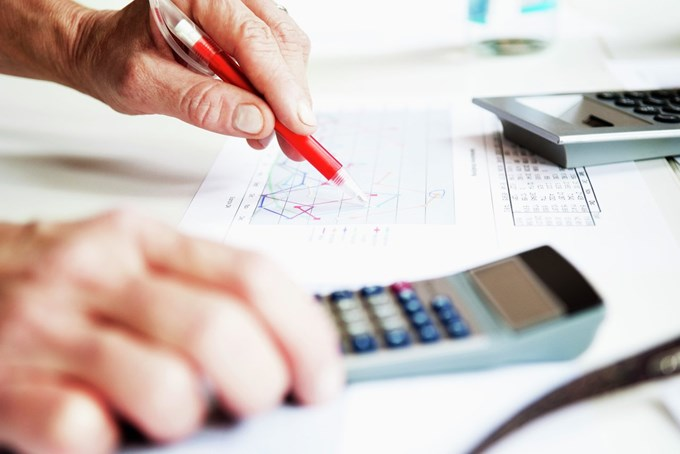 Hånd og kalkulator. Foto