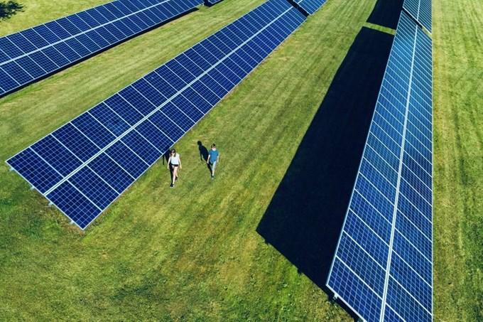 En ansvarlig bedrift. Solcellepanel. Foto