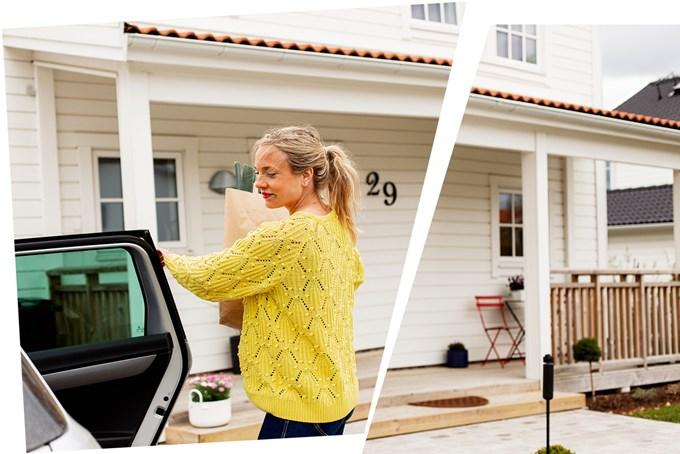 Dame med gul genser og handlepose, på vei ut av bilen utenfor hus   foto