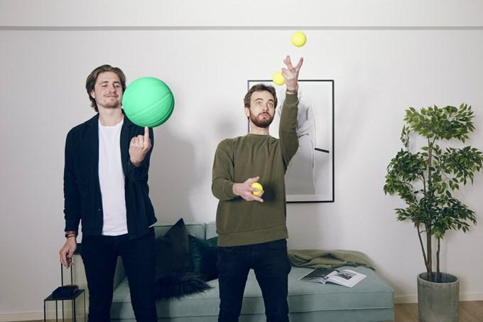To menn sjonglerer med baller. Foto.