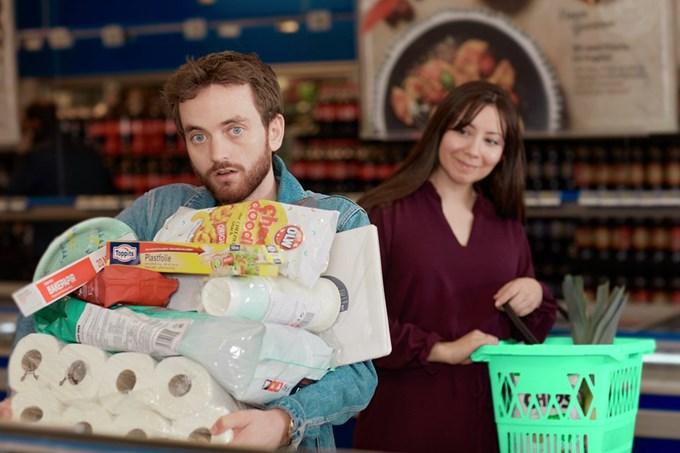 Mann og kvinne i butikken. Foto.