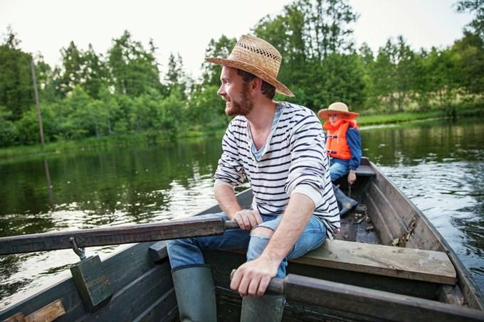 Far og datter i robåt. Foto
