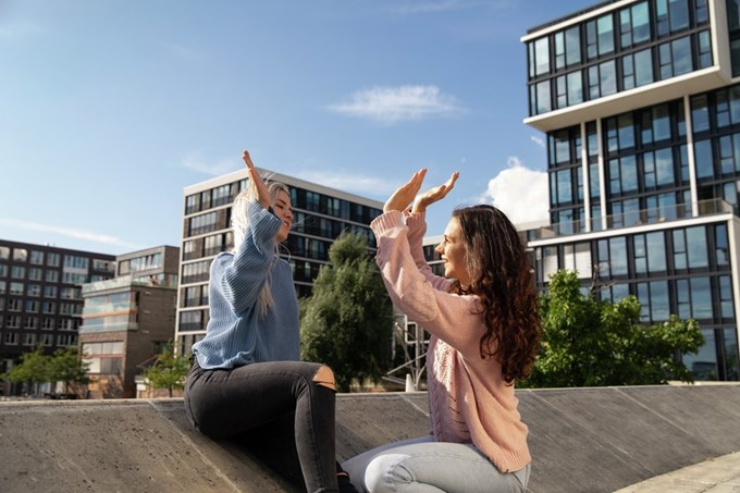 To jenter gir hverandre high five. Foto